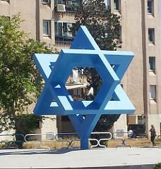 תרומה לקהילה - פסל מגן דוד באשדוד בנוי מריבועים